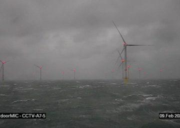 Storm op zee : windparken zijn blijven draaien