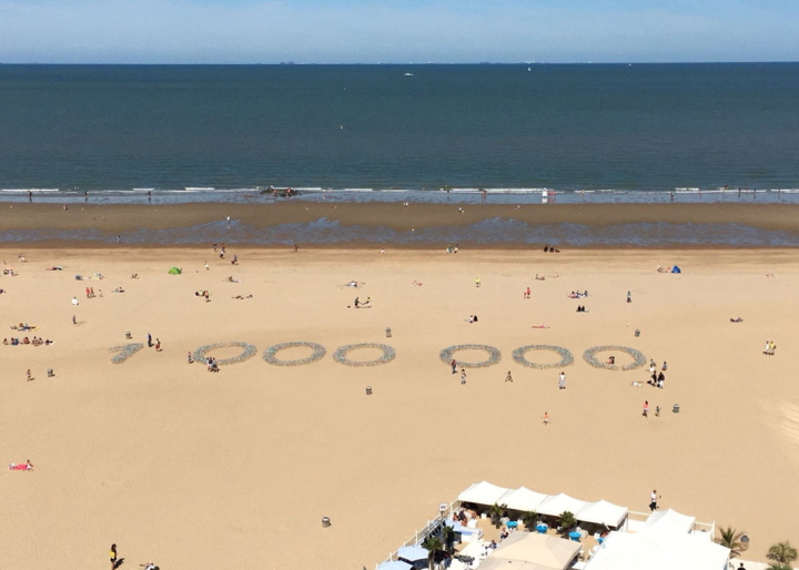 Photo of the stunt on the Ostend beach: 15,000 paper windmills were placed, making up the number 1,000,000.